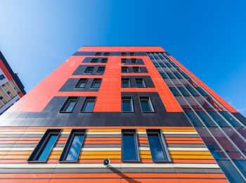 Разноцветные корпуса жилого комплекса Янила Кантри